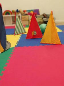 Espacio Oikos: juego triángulos terapia psicologica
